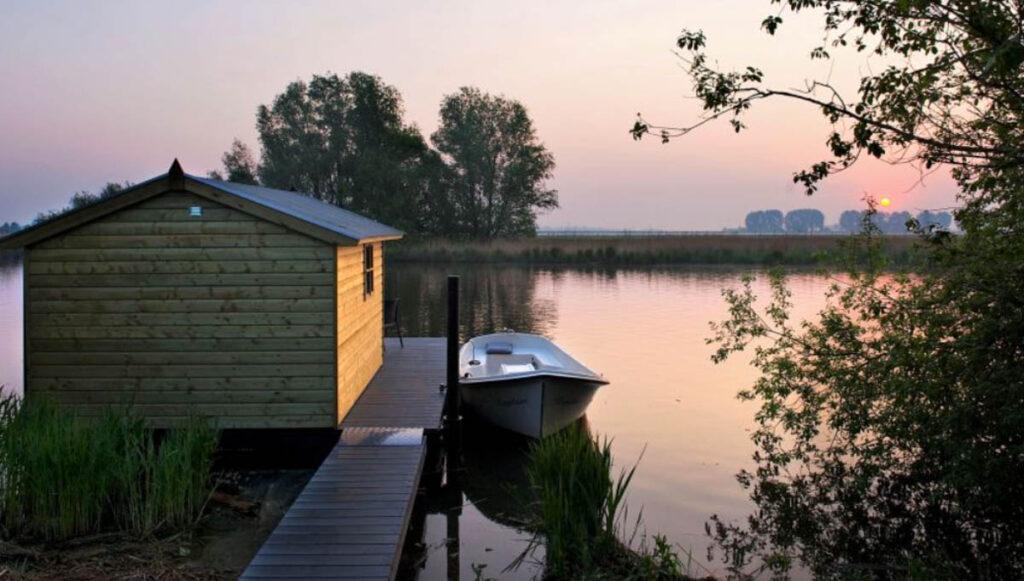 Afgelegen huisje aan het water met boot - Brabant