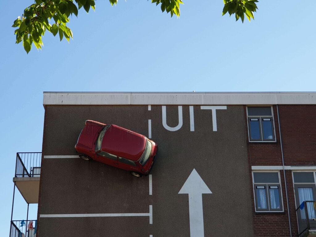 Rode auto aan muur Den Haag