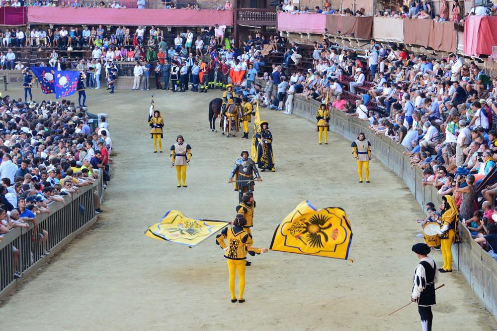 Aquila contrade in de historishe parade