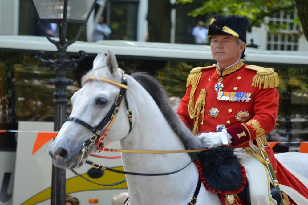 Stalmeester op het oude paard van Beatrix