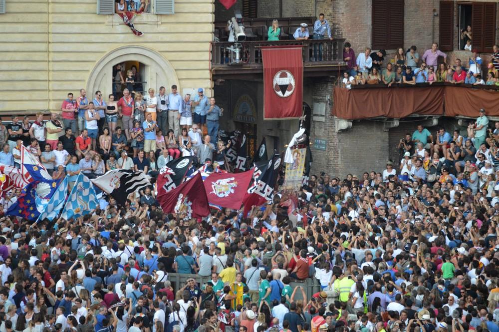 Civetta verlaat het Piazza del Campo