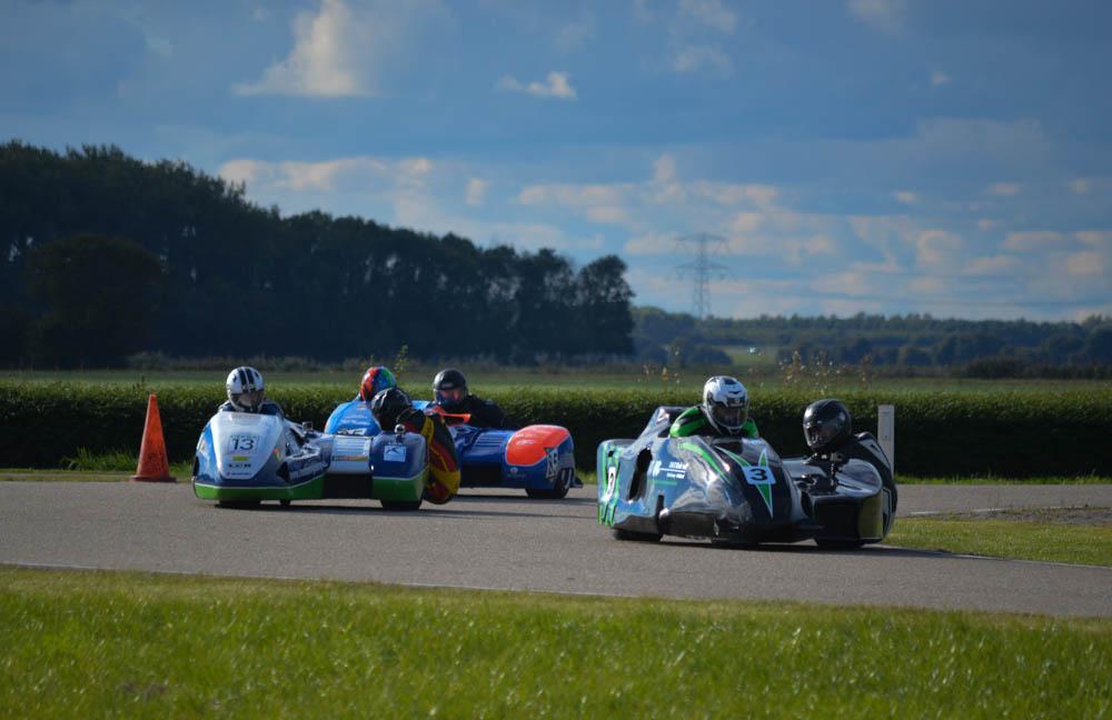 Racen in een zijspan op een circuit