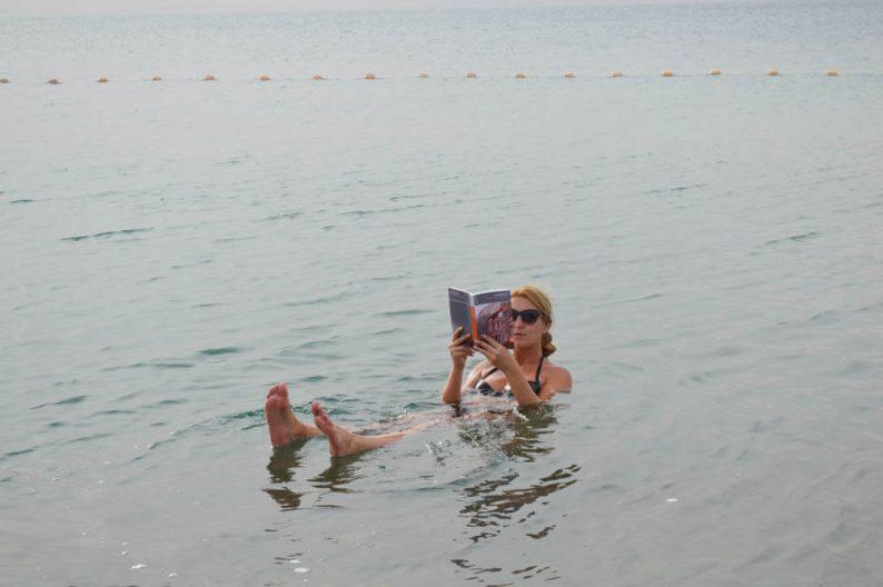 Drijven in de Dode Zee