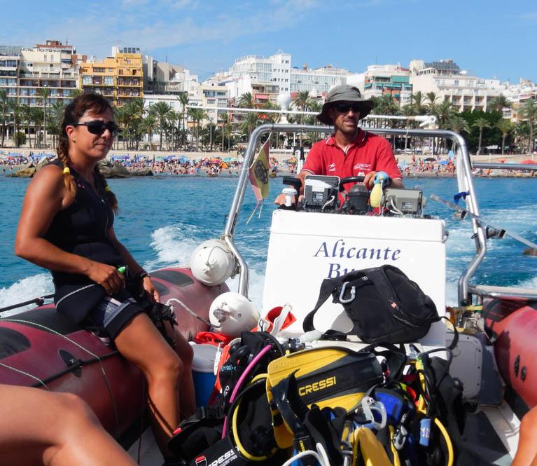 De boot van duikschool Nisos
