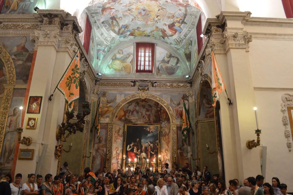 Contradolio, inwoners Contrada Selva en gasten in de kerk