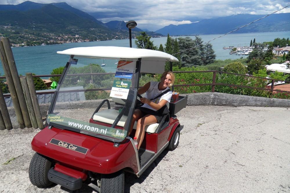 Met de golfcar op Camping Eden