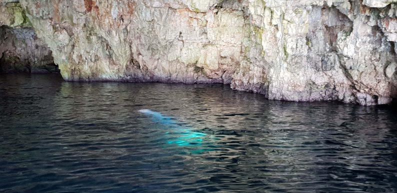 Groene en blauwe grot bij eiland Vis en Biševo