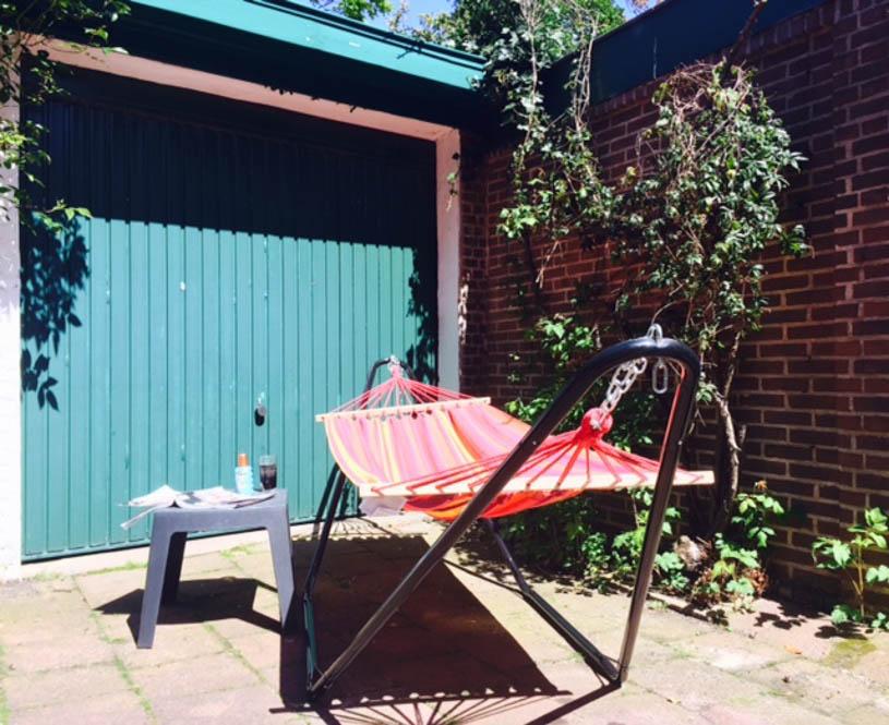 Vakantie in de tuin, relaxen in hangmat
