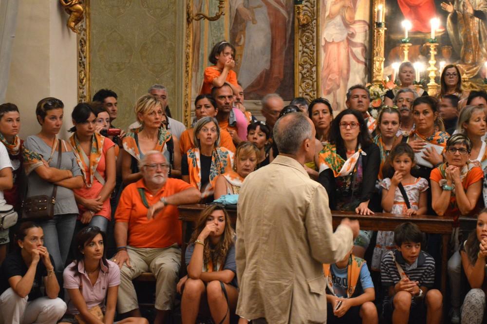 Fransesco spreekt de toeschouwers toe