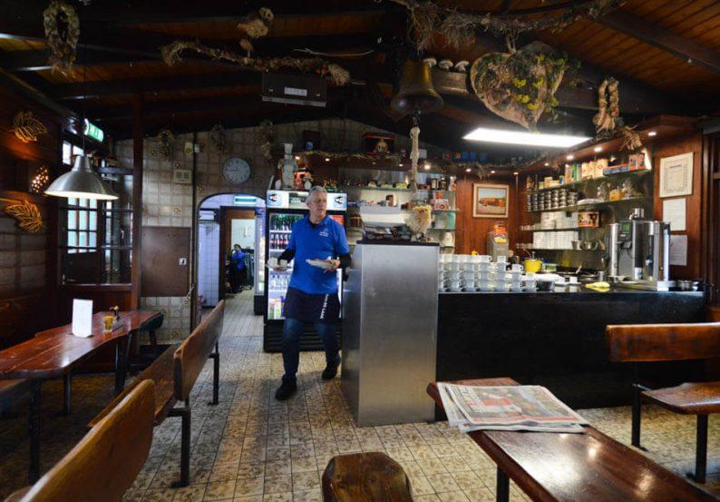Haags bakkie pleur drinken bij Koffiehuis de Laak