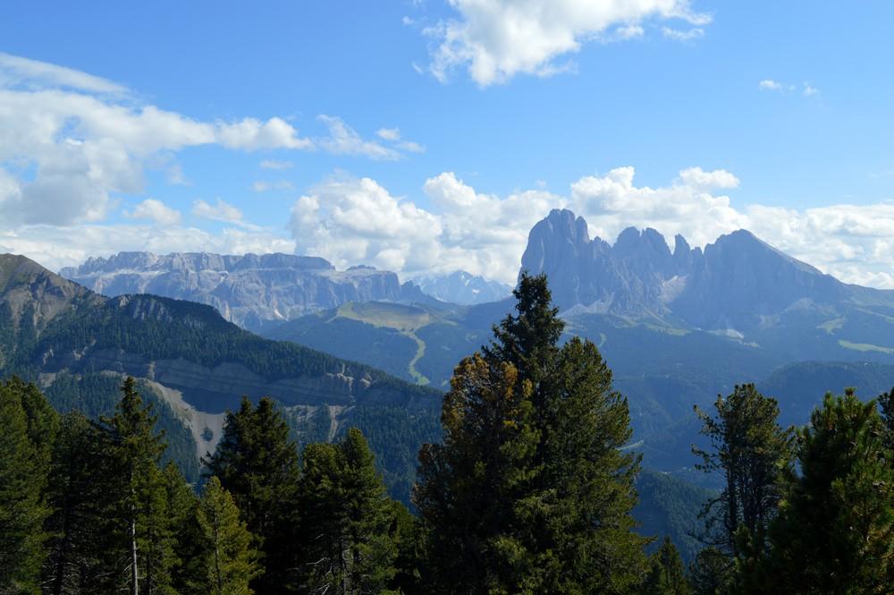 Uitzicht van Resciesa Raschotz op de berg Saslonch