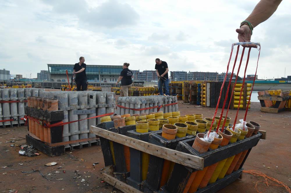 Opbouw Vuurwerkfestival in haven van Scheveningen