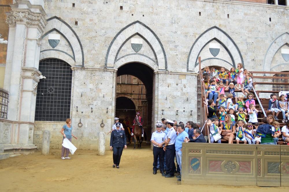 Paarden verlaten het Palazzo Pubblico