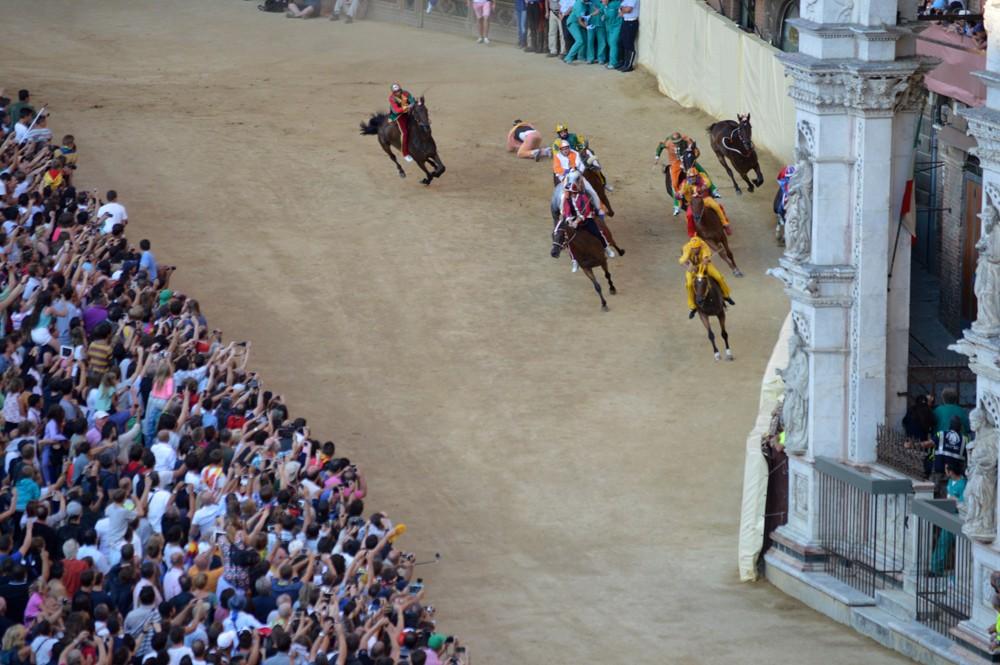 Jockey Valdimontone valt van zijn paard