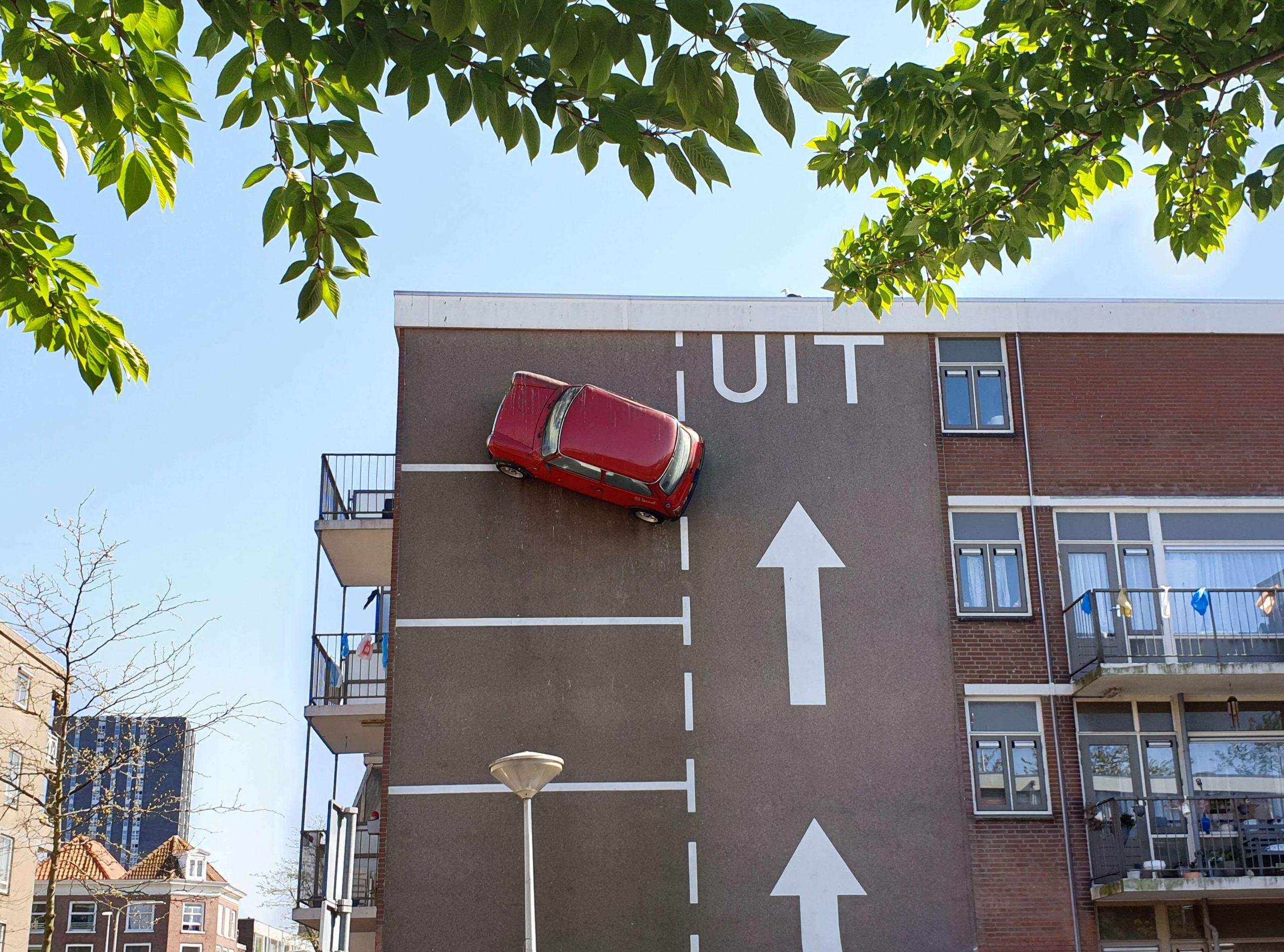Rode auto muur Den Haag
