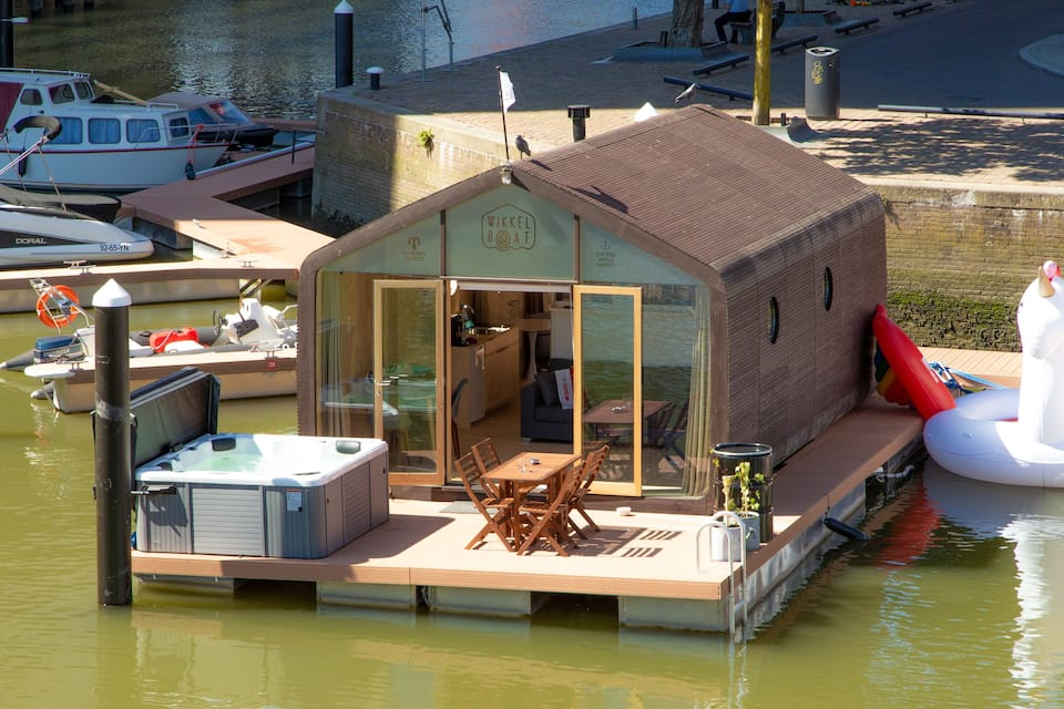 Wikkelboat met bubbelbad in Rotterdam