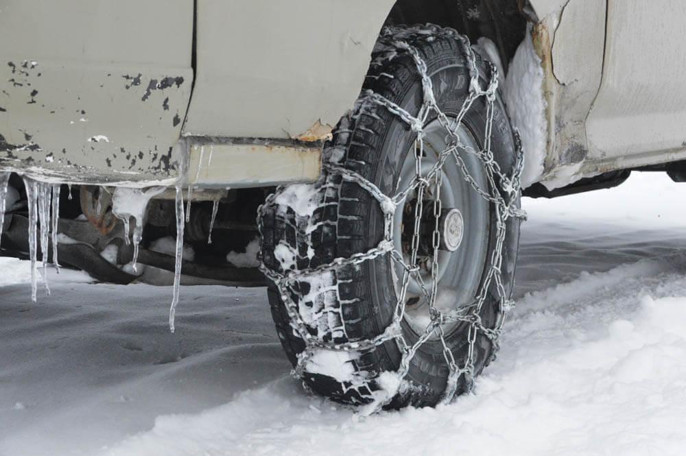 Auto winterklaar met sneeuwkettingen