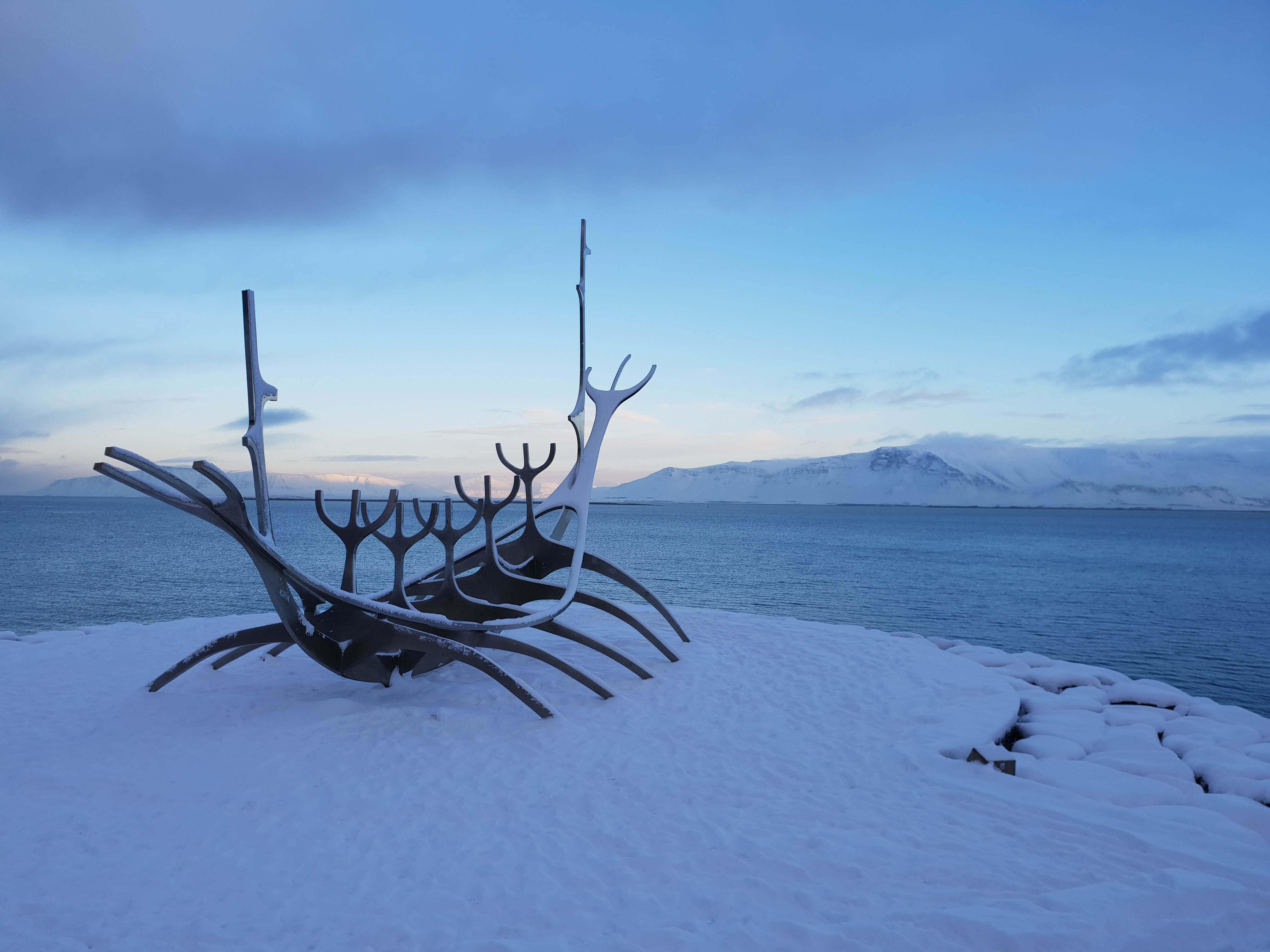 Vikingschip aan de kust