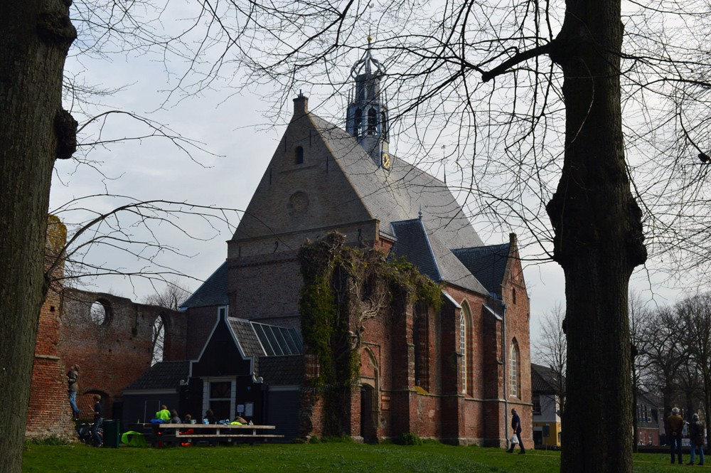 Ruïnekerk, plein Bergen