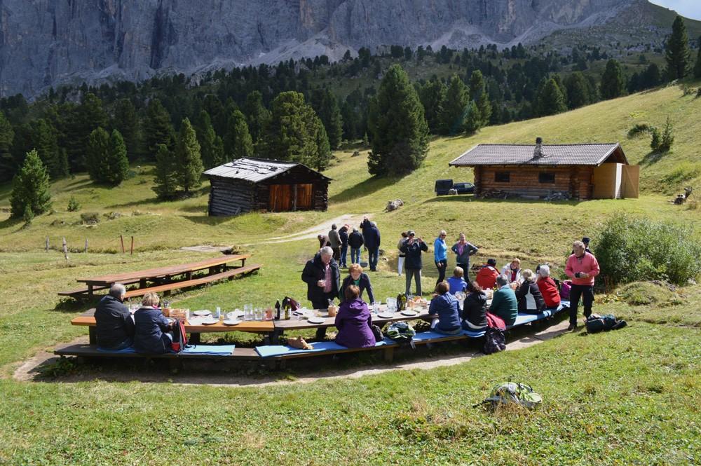 Lunch in de vallei aan de voet van de Saslonch