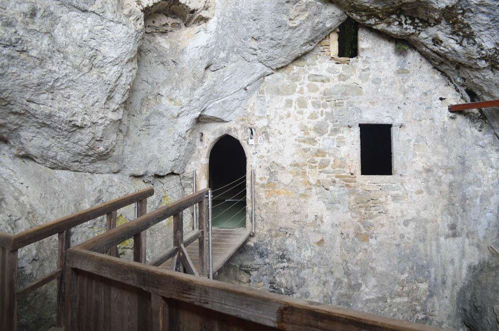 De toegang tot de grot