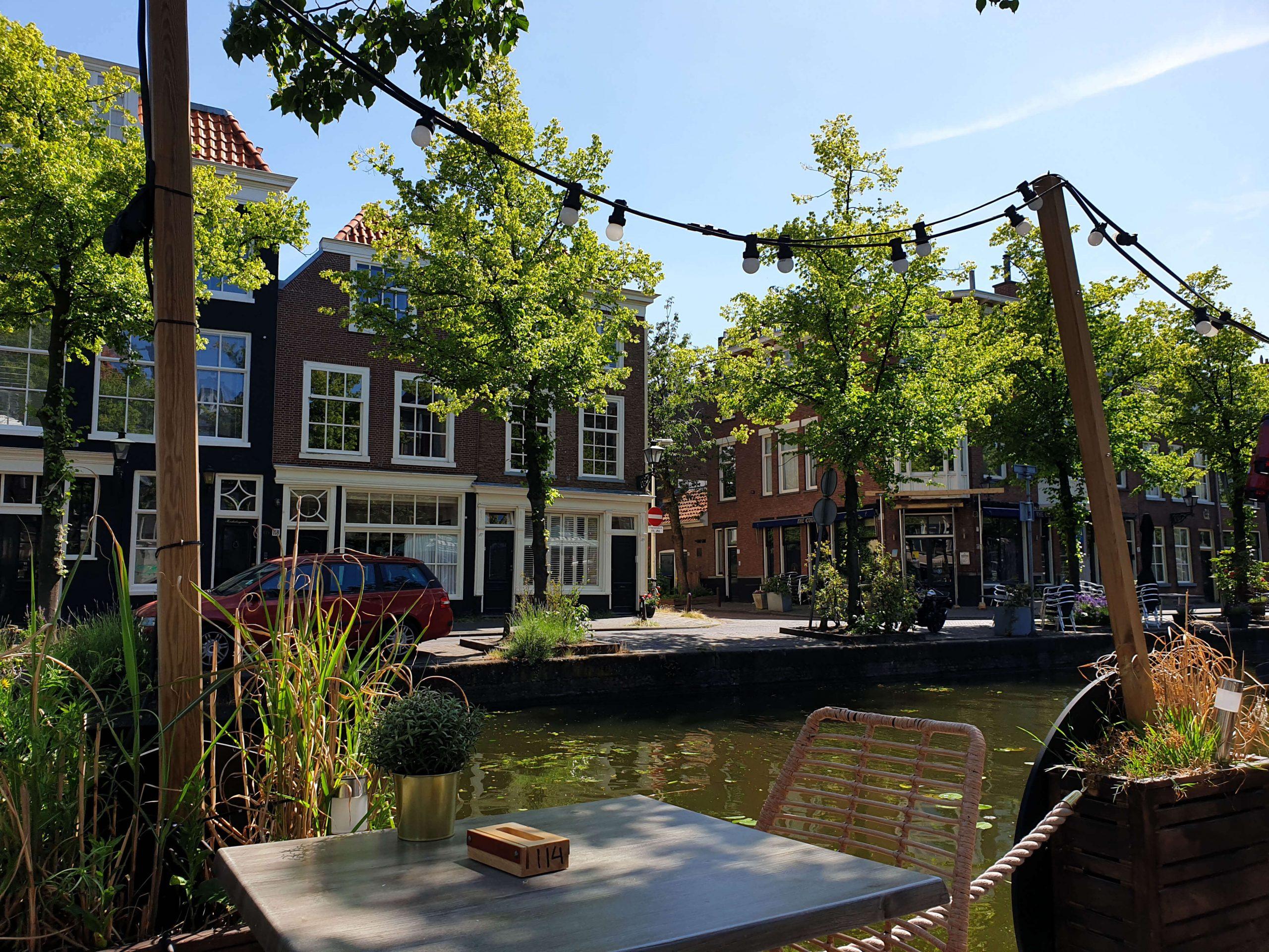 Zonnig terras aan het water Den Haag